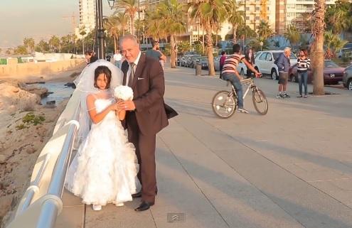 Video cô dâu 12 tuổi chụp ảnh cưới cùng chú rể bằng tuổi ông gây sốc 1