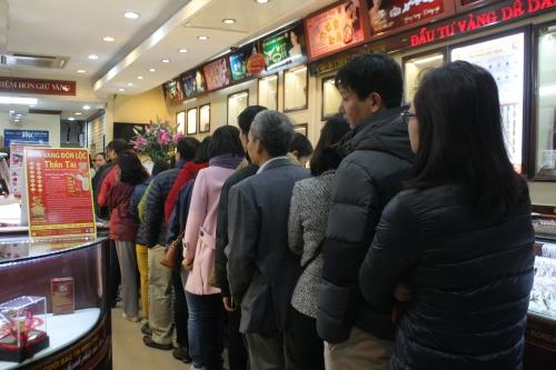 Ngày Vía Thần tài: Giá vàng tăng cao, khách xếp hàng trăm mét chờ mua 4