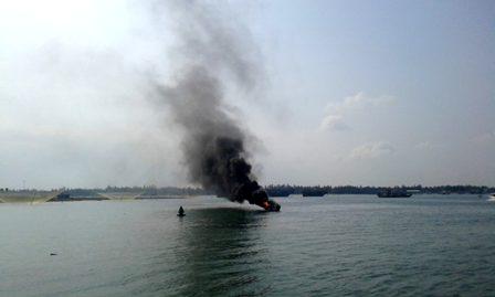 Ca nô du lịch bốc cháy dữ dội ở Hội An  1