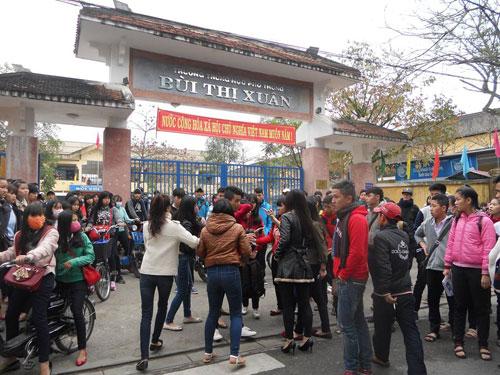 Nữ sinh Huế bị đánh hội đồng trước cổng trường 1
