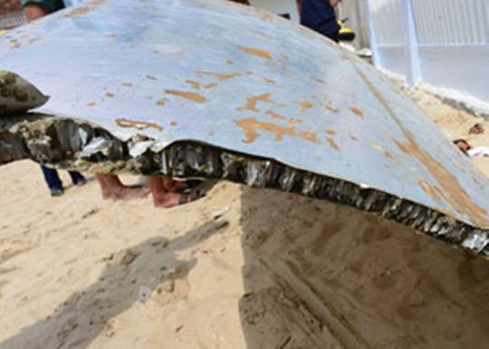 Cận cảnh mảnh vỡ nghi thân máy bay ở trên biển Khánh Hòa 3