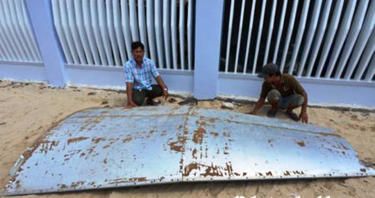 Cận cảnh mảnh vỡ nghi thân máy bay ở trên biển Khánh Hòa 1