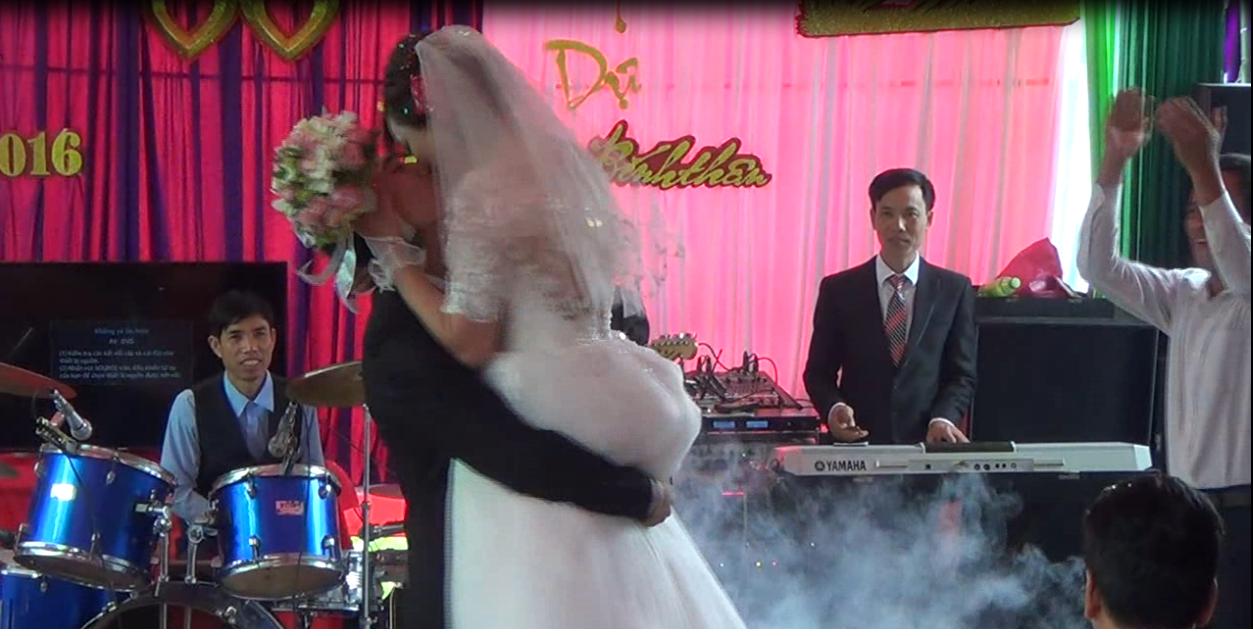 Màn hôn cô dâu và vũ đạo không thể đặc biệt hơn của chú rể tại đám cưới 2
