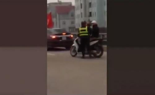 Video: Thanh niên cầm hung khí chém người tới tấp ở Thanh Oai 2