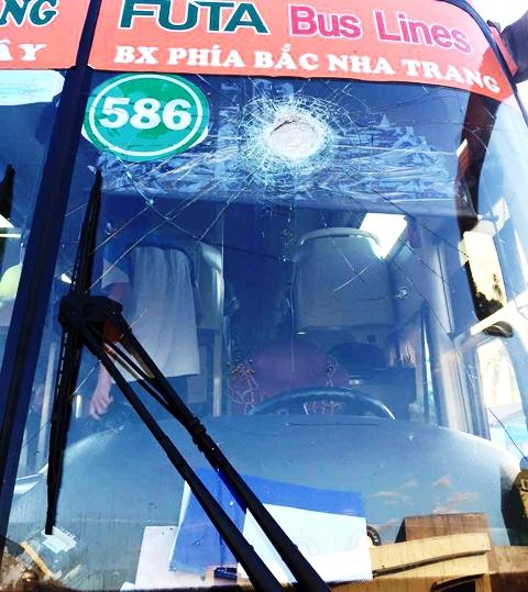Xe ô tô bị ném đá trên cao tốc Long Thành 1
