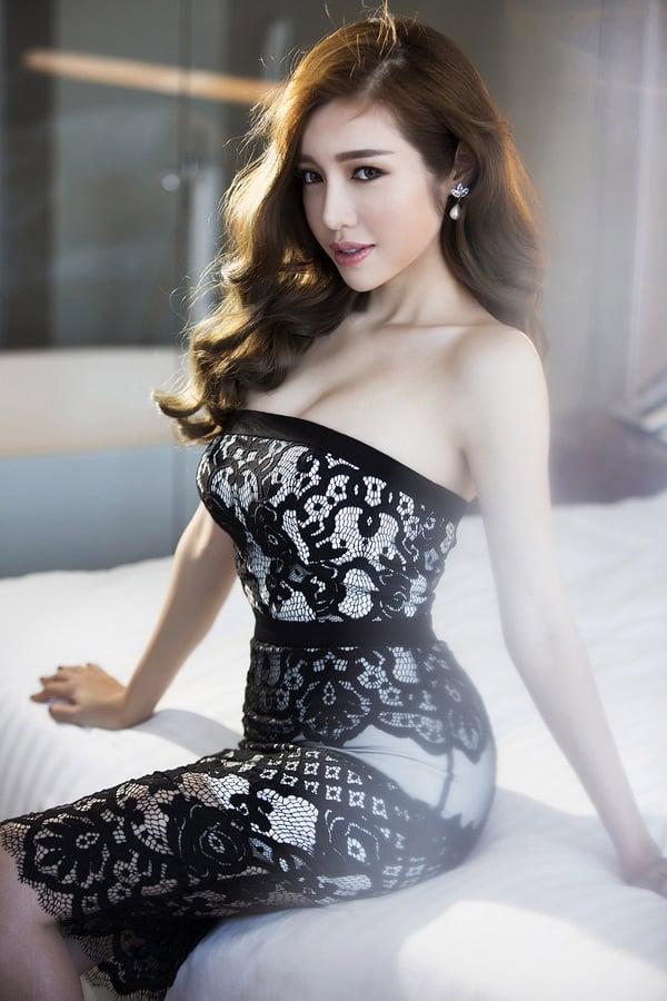 Vòng eo  Elly Trần khiến Ngọc Trinh cũng phải