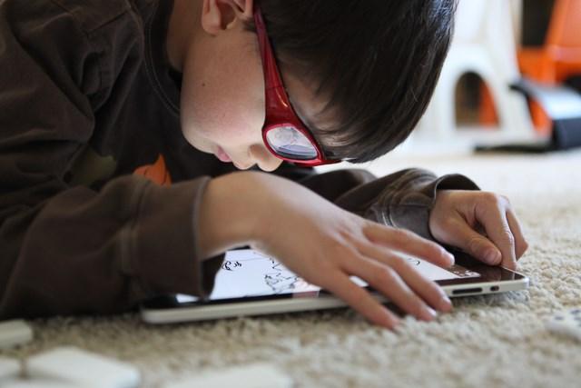 Trẻ chậm nói, kém thông minh vì chơi đồ công nghệ 3