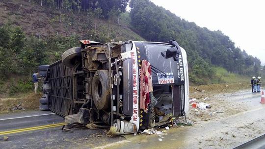 Xe khách giường nằm lật trên cao tốc Nội Bài- Lào Cai, 8 người bị thương 1