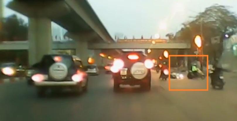 Thót tim cảnh hai cô gái cắt mặt hàng loạt ô tô, xe máy gây tai nạn 1