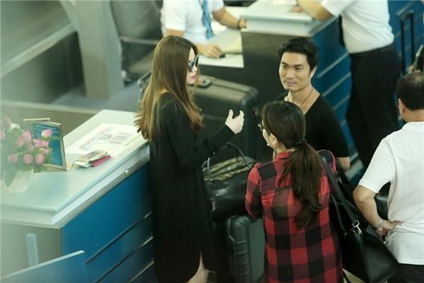 Hồ Ngọc Hà xuất hiện tại sân bay sang Singapore xem show giữa 'tâm bão' 2