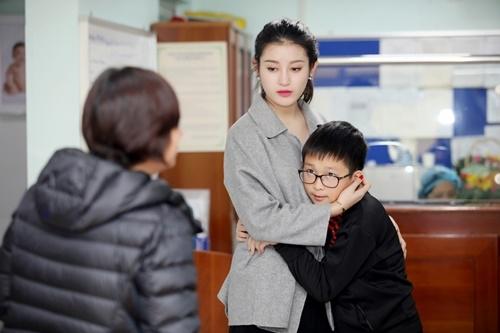 Á hậu Huyền My xúc động ôm chặt em trai khi đi từ thiện 2