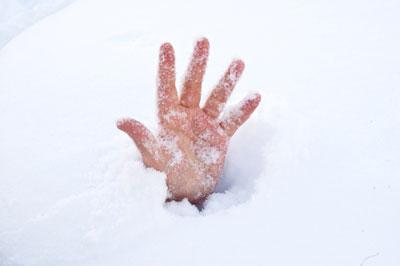 Bé 2 tuổi tử vong do bị chôn vùi trong tuyết 1
