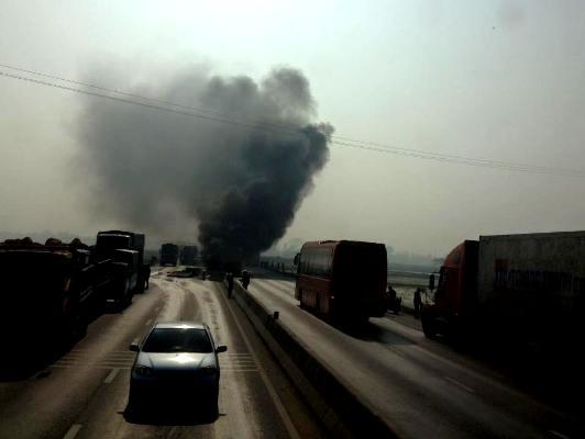 Video: Xe tải bốc cháy ngùn ngụt sau khi tông trực diện vào dải phân cách 1