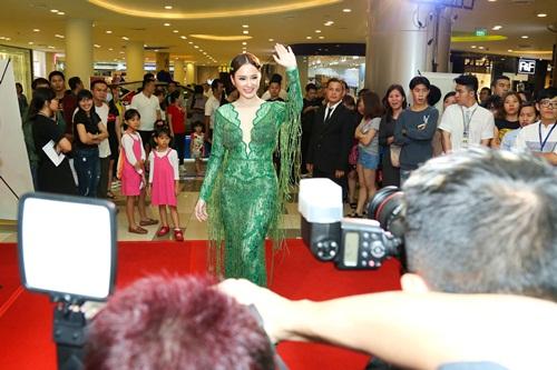 Angela Phương Trinh hóa 'Thanh xà' đi sự kiện 3