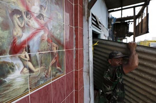 Phá dỡ 'khu đèn đỏ' nổi danh tại Indonesia 1