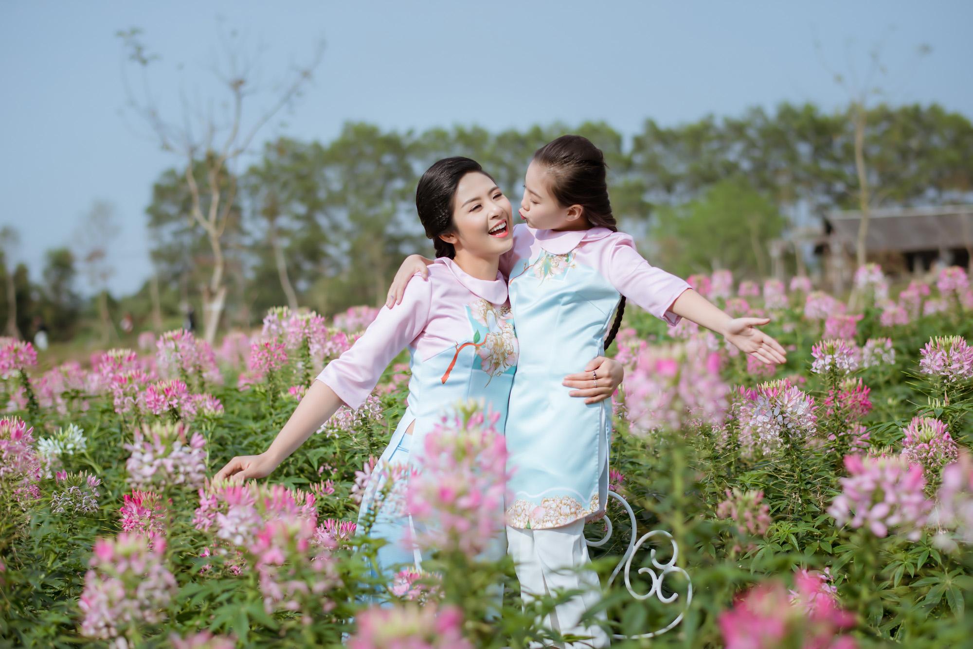 Ngọc Hân cùng con gái nuôi diện áo dài đôi tại Lễ hội áo dài 2016 4