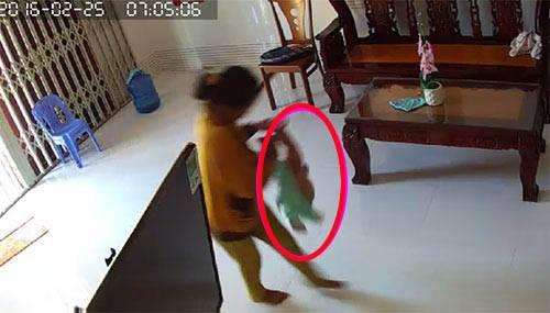 Bức xúc clip người giúp việc bạo hành bé trai 8 tháng tuổi 1