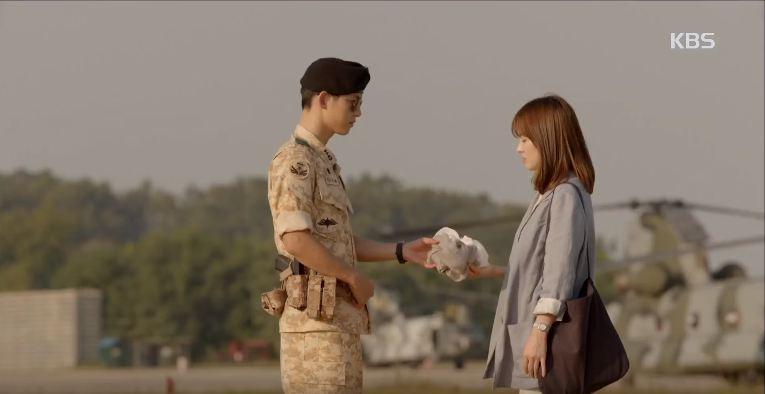 'Hậu Duệ Mặt Trời' tập 3: Song Joong Ki trái lệnh cấp trên bảo vệ Song Hye Kyo 1