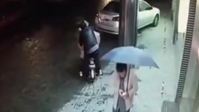 Thiếu nữ bị tấn công tình dục giữa phố không ai giúp đỡ 1