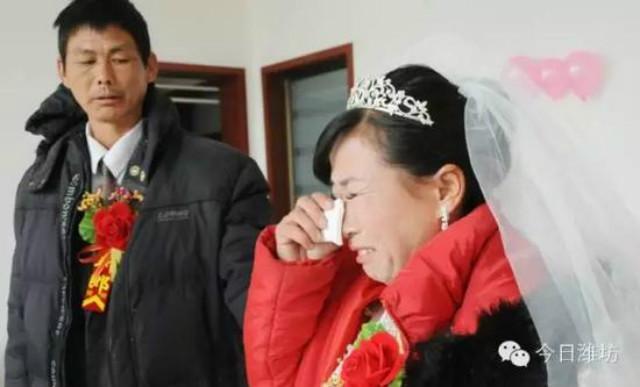 Ngừng chữa ung thư, dành tiền tổ chức đám cưới cho mẹ 3