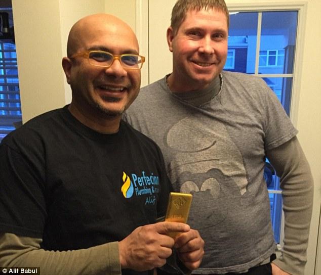 Thợ hàn nhặt được thỏi vàng nặng 1kg trong nhà tắm 1