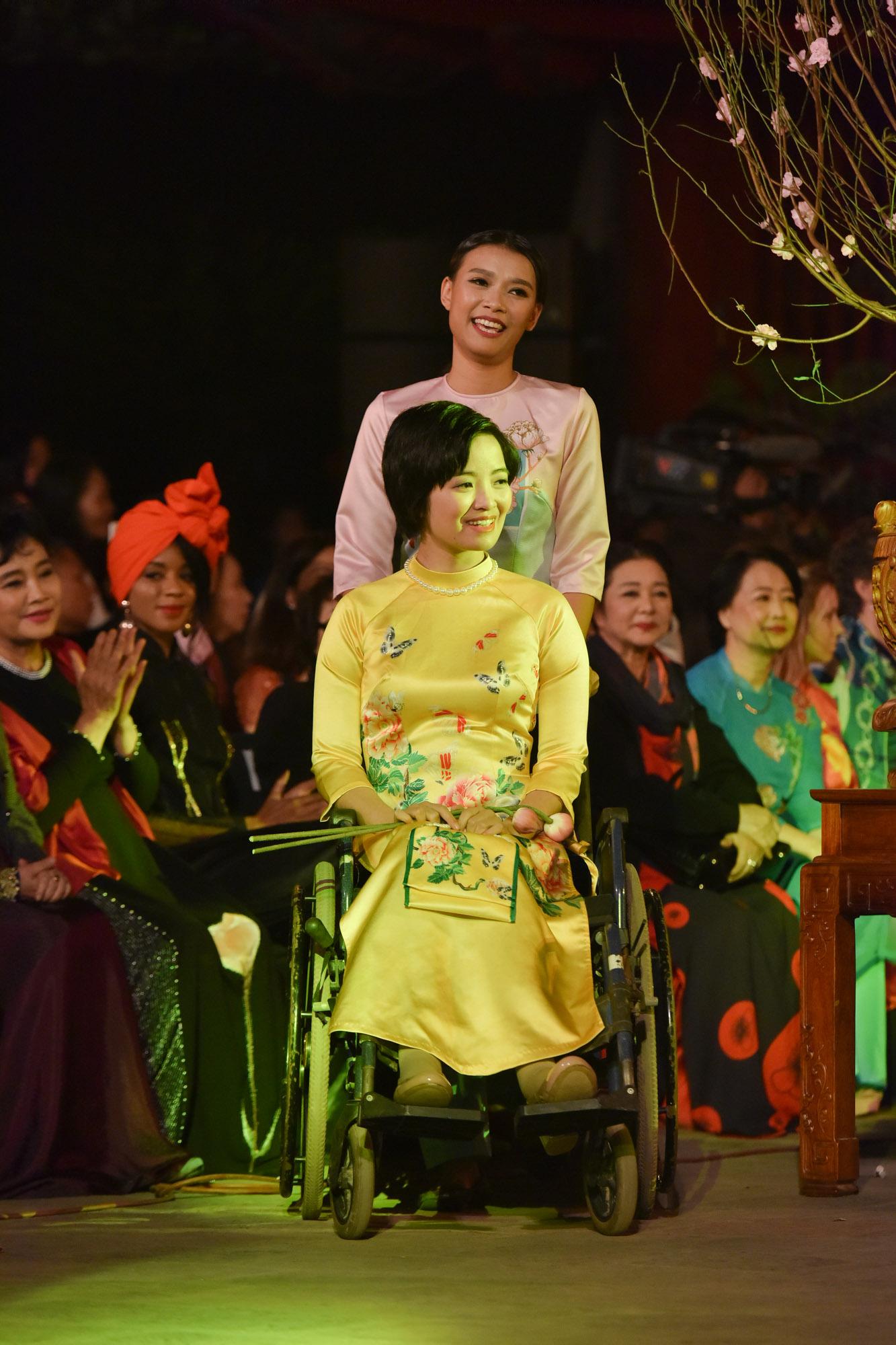 Ngọc Hân cùng các nguời mẫu khuyết tật tham gia Lễ hội áo dài 2016 1