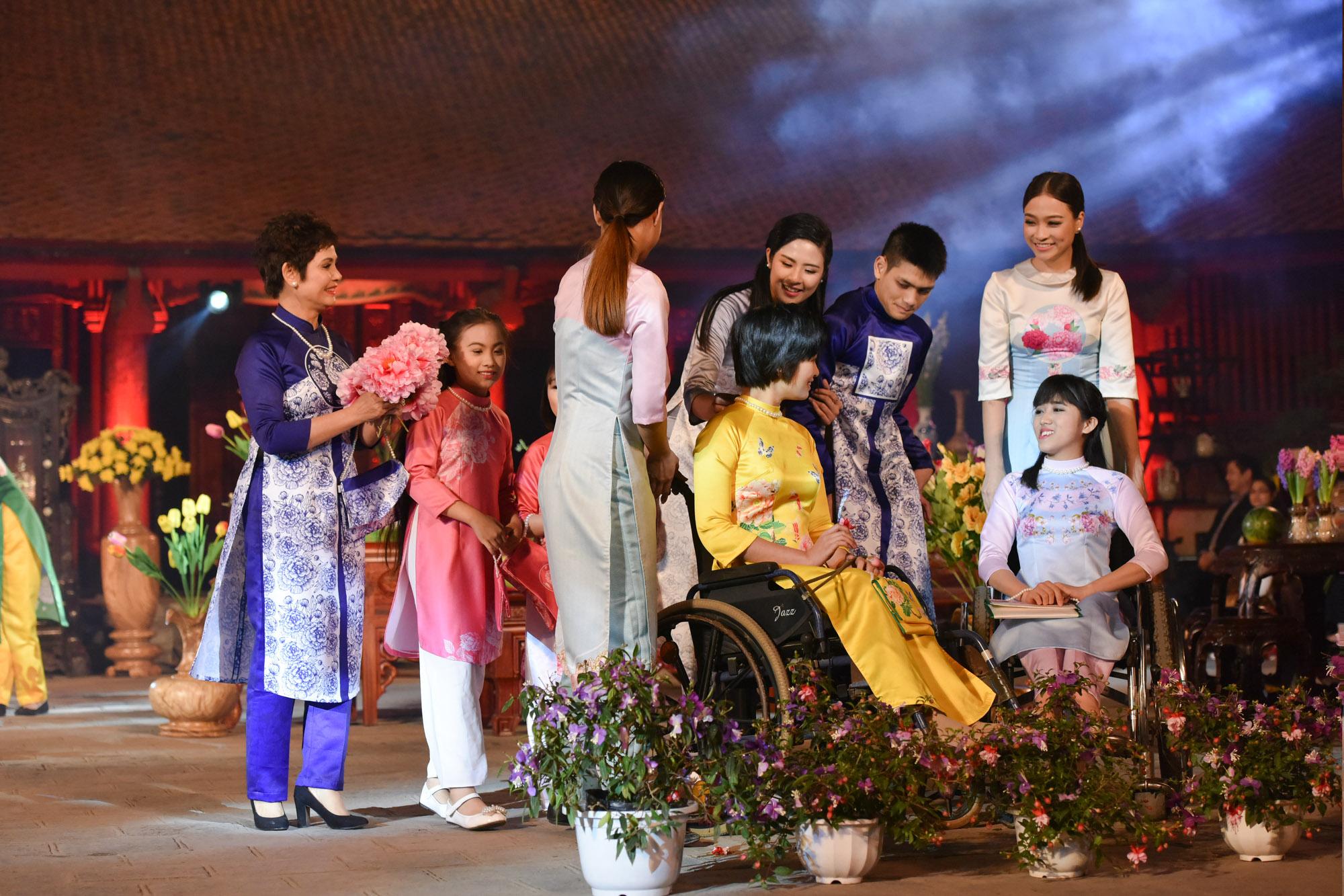 Ngọc Hân cùng các nguời mẫu khuyết tật tham gia Lễ hội áo dài 2016 2