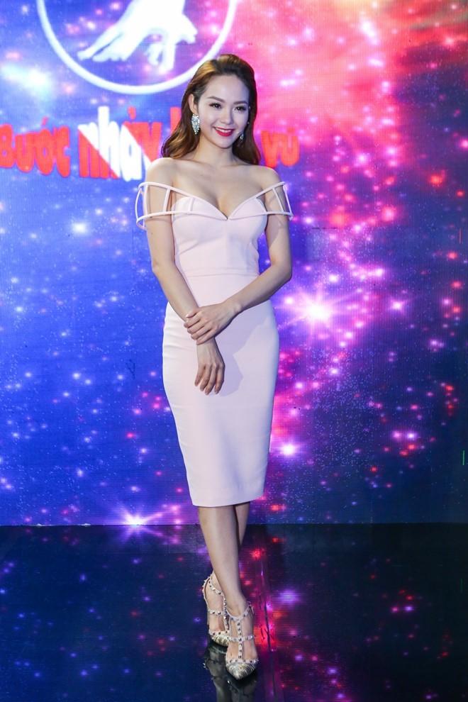Sao Việt đẹp tuần qua: Tú Anh quyến rũ với gam hồng pastel dịu nhẹ 6