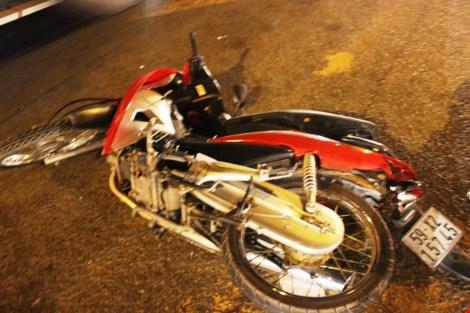 Trên đường tháo chạy, tên trộm xe máy tông vào container bất tỉnh 1