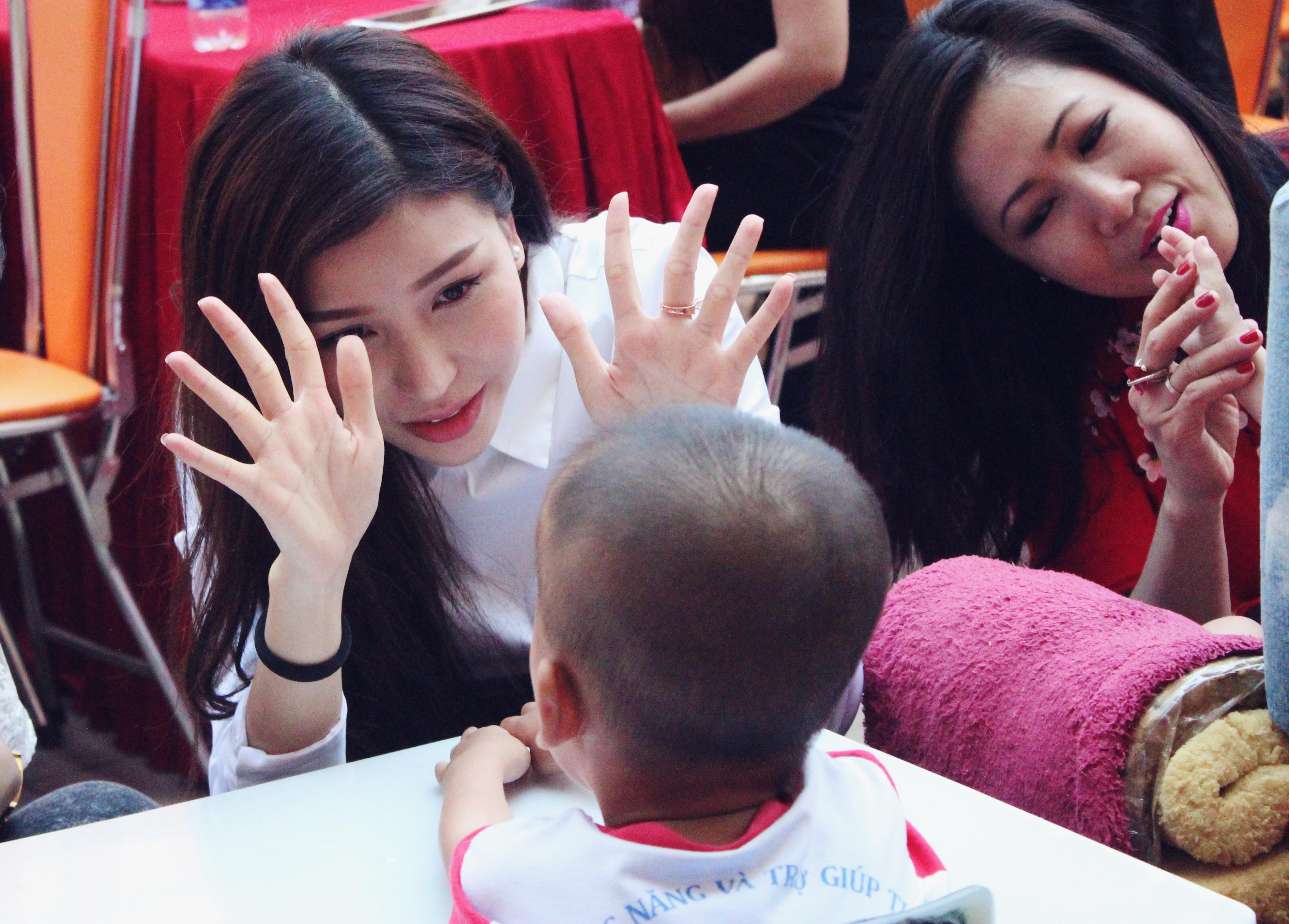 Hoa hậu Doanh nhân Thế Giới người Việt tham gia từ thiện 2