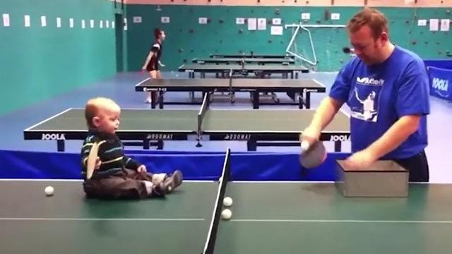 Em bé ngồi đánh bóng bàn điệu nghệ, khiến người xem kinh ngạc