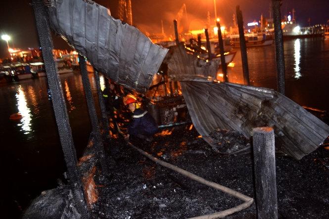 2 tàu du lịch cháy nổ tại khu cảng Nha Trang khiến nhiều người náo loạn 1