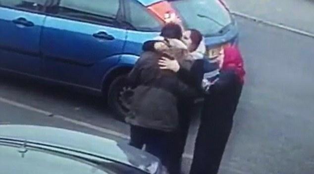 Video: Giả vờ hỏi đường, ôm hôn rồi trộm trang sức  1