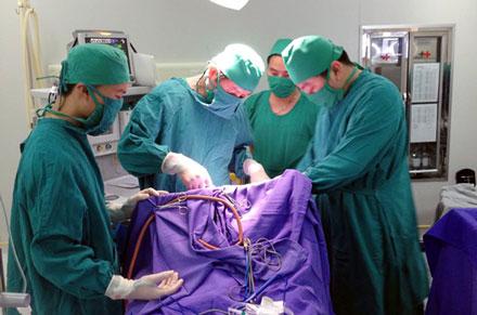 Hy hữu bé 35 ngày tuổi bị dao đâm xuyên não được cứu sống 1