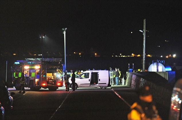 Ô tô lao xuống biển, gia đình 5 người tử vong 1