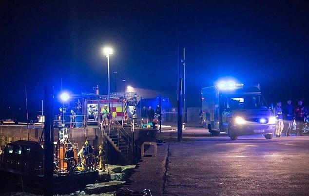 Ô tô lao xuống biển, gia đình 5 người tử vong 2