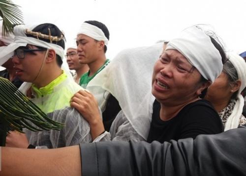 Vụ nổ ở Hà Đông: Gia đình chủ ve chai gào khóc trong đám tang 1