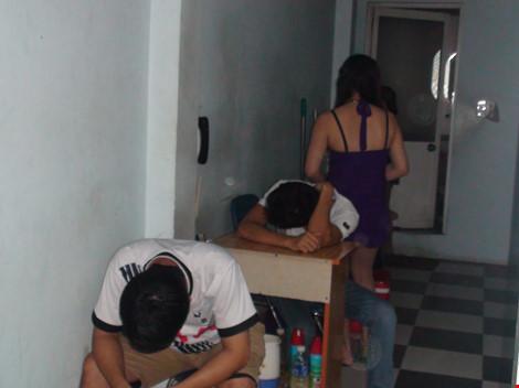 Bắt quả tang hàng chục nữ tiếp viên massage kích dục cho khách 1