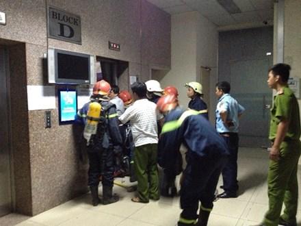 Thang máy chung cư chở 16 người rơi tự do, bốn nạn nhân ngất xỉu 1