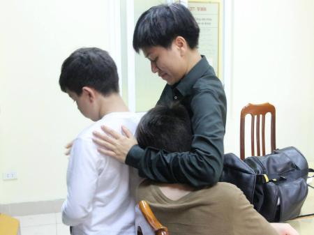 Công an giúp cặp vợ chồng ngoại quốc tìm lại 2 con trai bỏ nhà đi 1