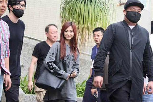 Tzuyu (Twice) được sở trưởng cùng 35 cảnh sát hộ tống đi thi 1