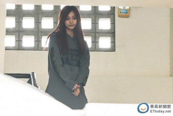 Tzuyu (Twice) được sở trưởng cùng 35 cảnh sát hộ tống đi thi 5