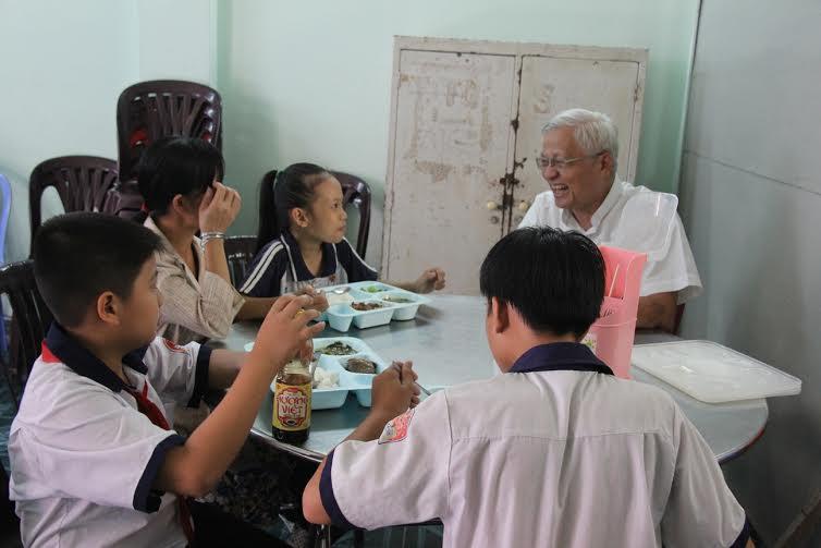 Quán cơm trưa từ thiện đầy tình người giữa tp. Hồ Chí Minh 1