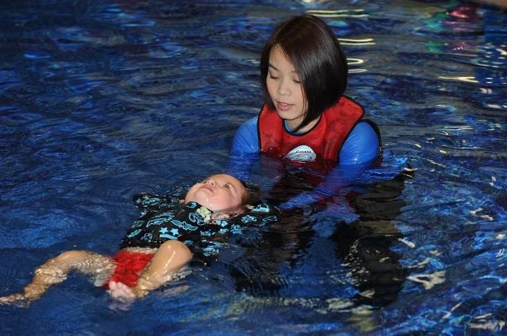 Tập bơi cho trẻ sơ sinh 1