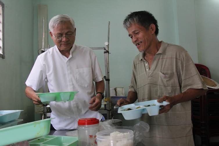 Quán cơm trưa từ thiện đầy tình người giữa tp. Hồ Chí Minh 4