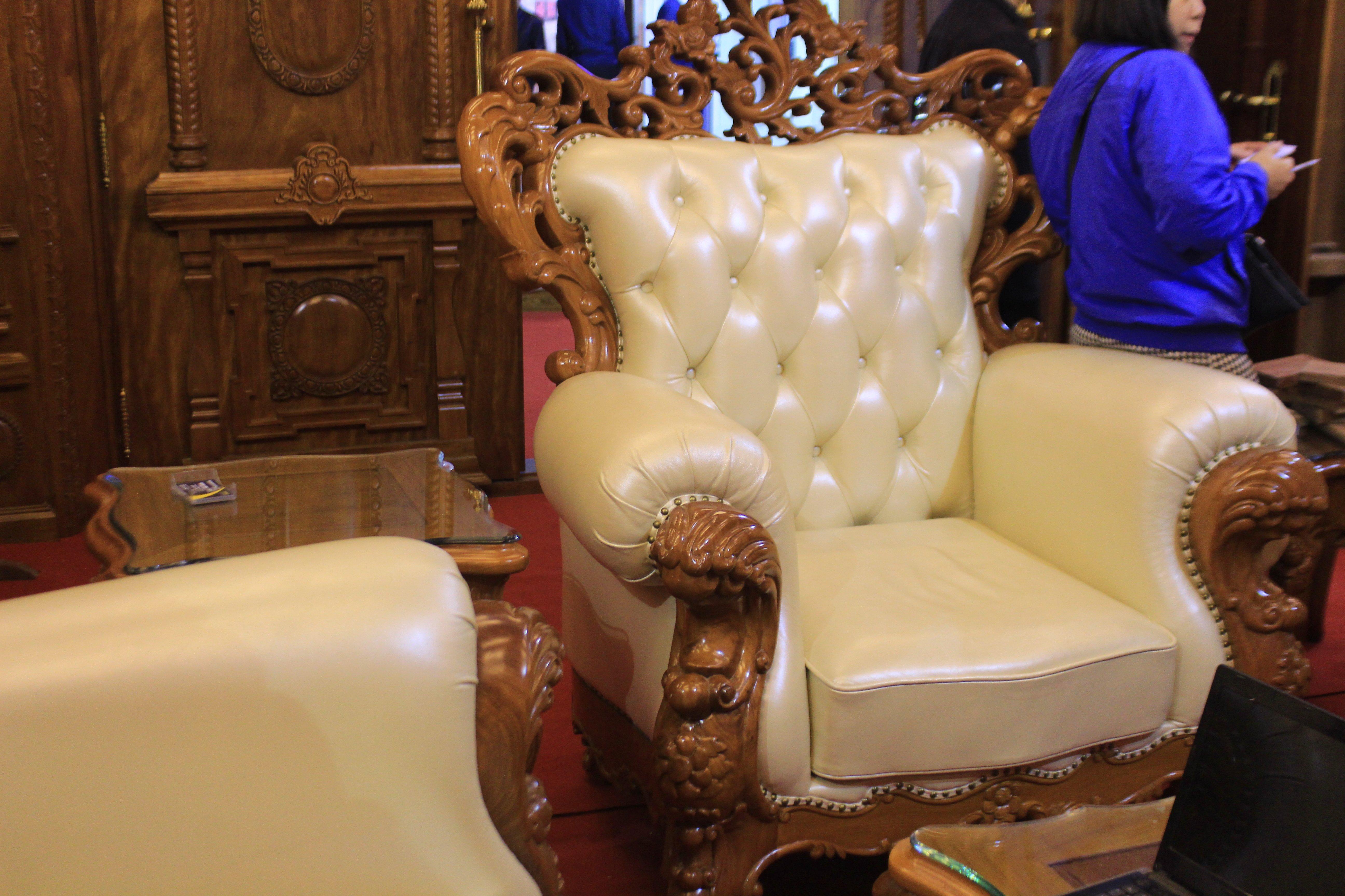 Hà Nội: Bàn ghế gỗ 300 triệu chỉ dành cho đại gia 4