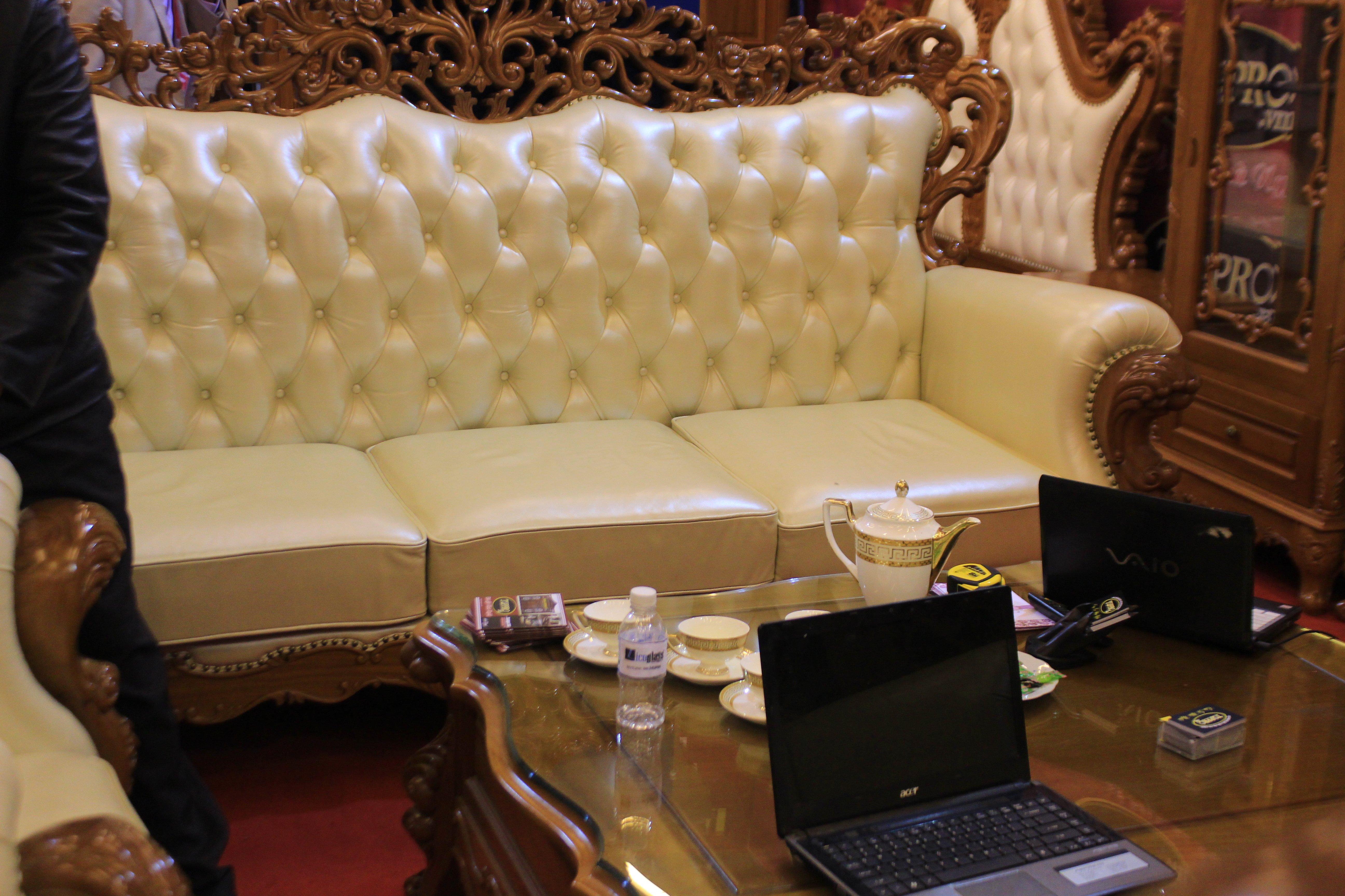 Hà Nội: Bàn ghế gỗ 300 triệu chỉ dành cho đại gia 2