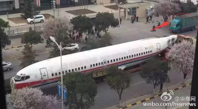 Trung Quốc: Máy bay án ngữ giữa phố, giao thông tê liệt 3
