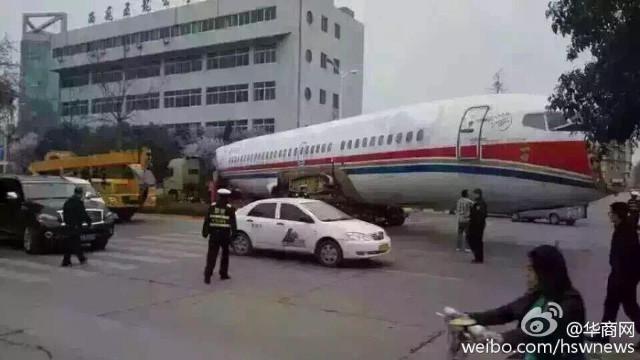 Trung Quốc: Máy bay án ngữ giữa phố, giao thông tê liệt 5