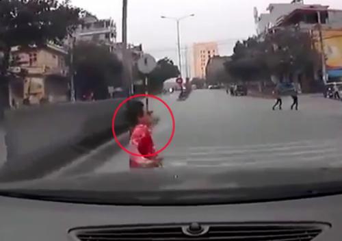 Video: Sang đường ẩu, thanh niên nằm gọn dưới gầm ôtô 1